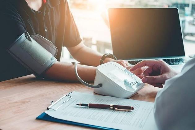Weißkitteleffekt: Blutdruck-Werte aus der Arztpraxis oft..